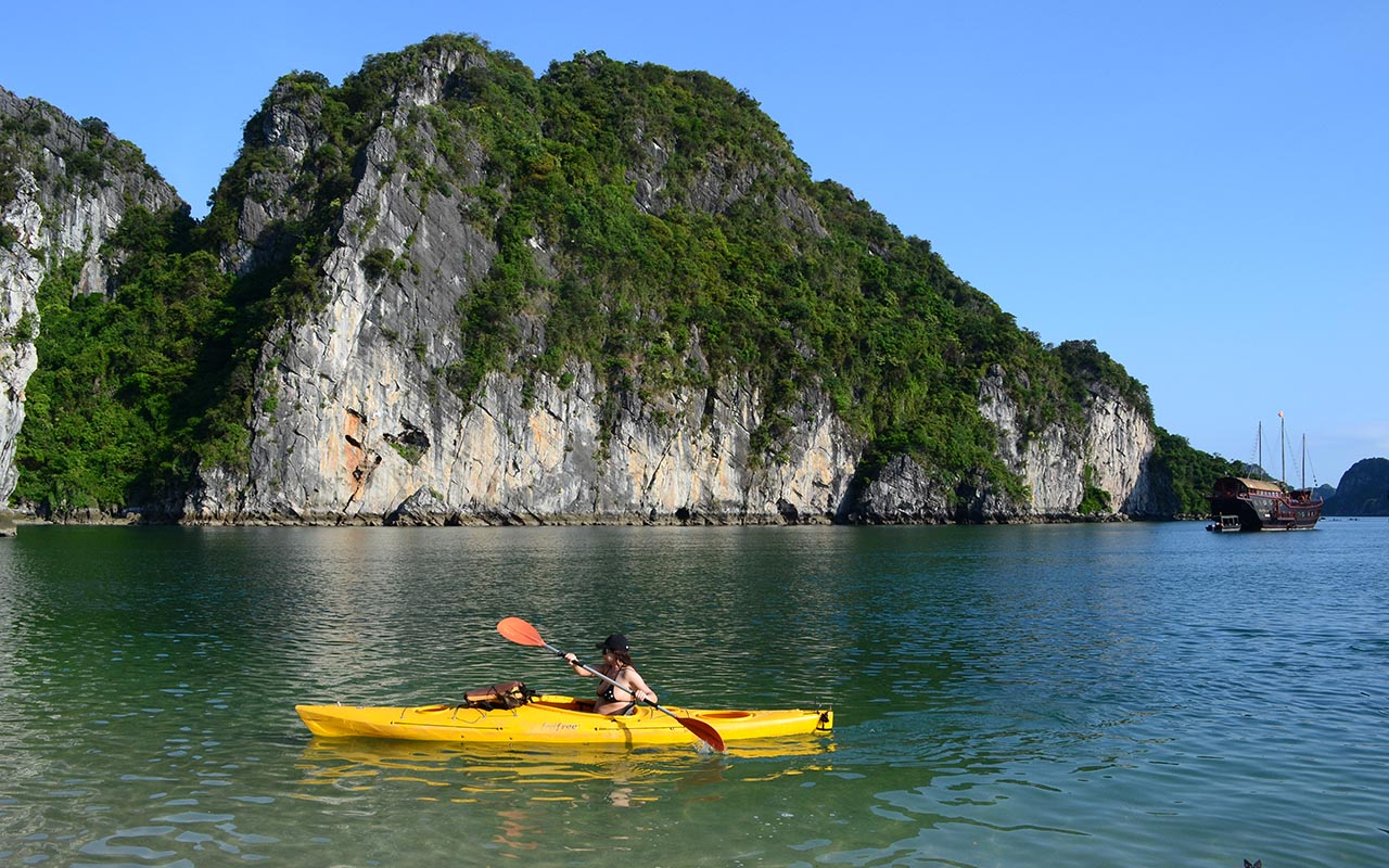 kayaking-halong bay cruise tour