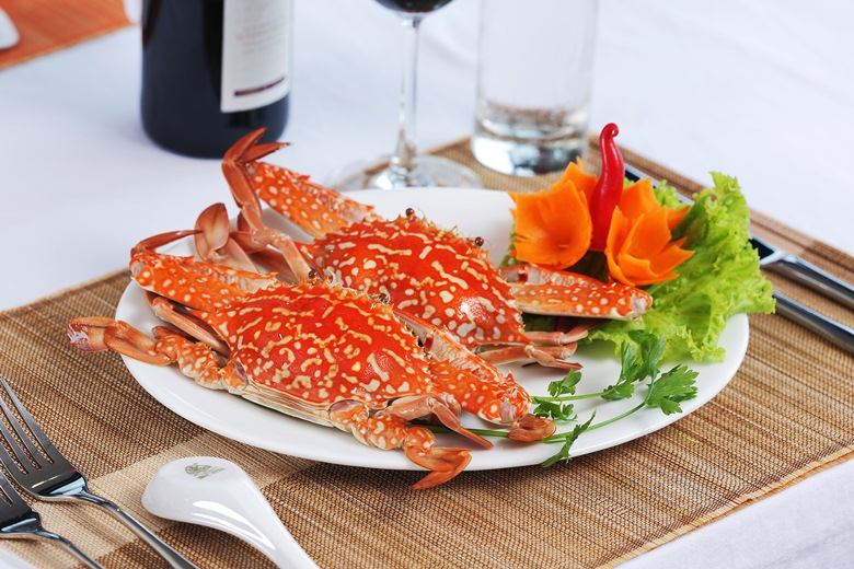 serving sea food on starlight halong bay cruises