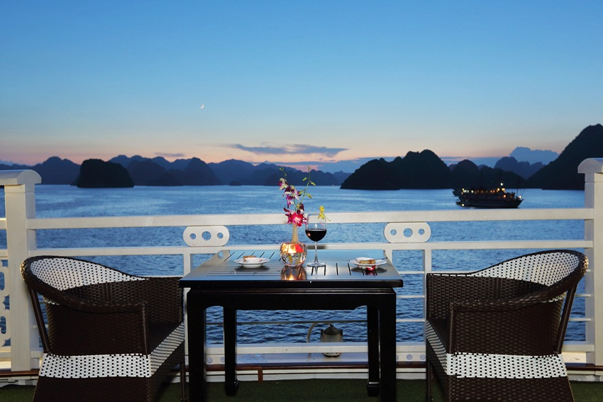 sunset view of halong bay from dining table of halong cruise
