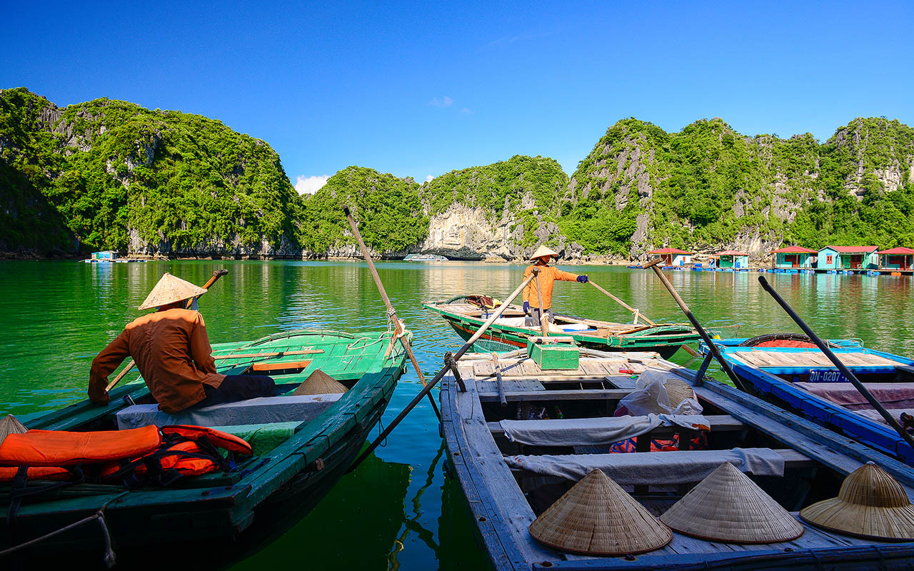 Vung Vieng Floating village in halong bay cruise tour