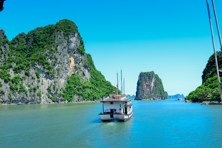 day trip in Bai Tu Long Bay