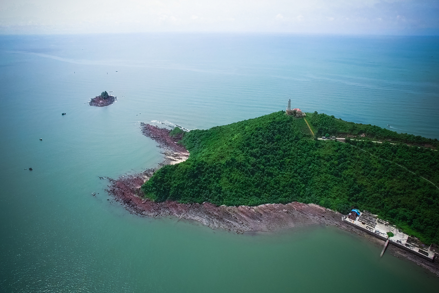 The lighthouse in Vinh Thuc island