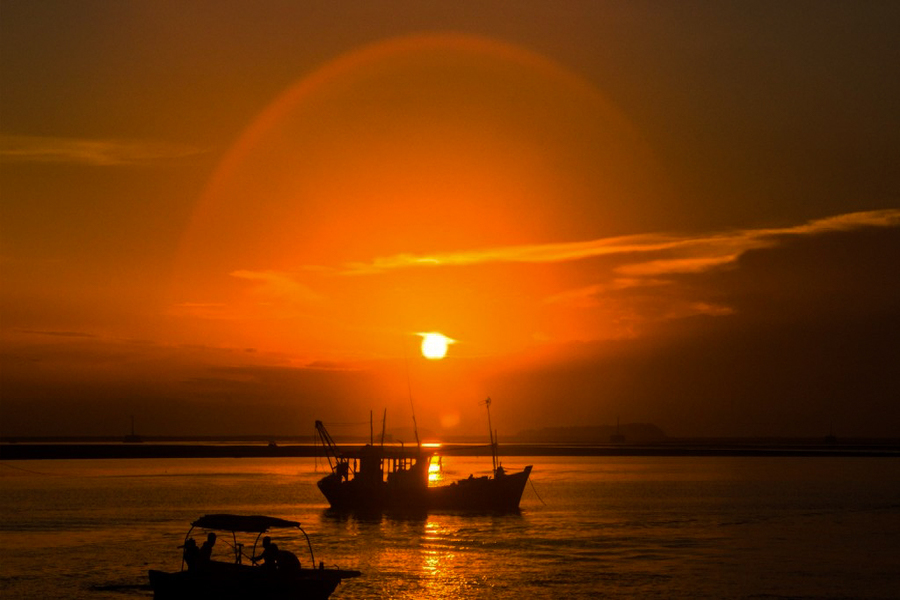 Sunset on Vinh Thuc island